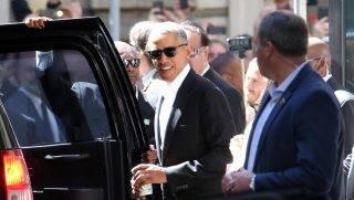 Milánó, 2017. május 8. Barack Obama, az Egyesült Államok volt elnöke (k) távozik a milánói szállásáról 2017. május 8-án. Obama a május 9-i The Global Food Innovation Summit konferencia díszvendégeként tart majd elõadást. (MTI/EPA/Matteo Bazzi)