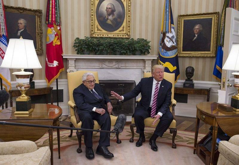 Washington, 2017. május 10.Donald Trump amerikai elnök (j) és Henry Kissinger volt amerikai külügyminiszter megbeszélést folytat a washingtoni Fehér Ház Ovális Irodájában 2017. május 10-én. (MTI/EPA pool/Molly Riley)