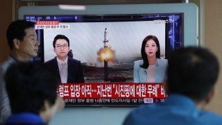 Szöul, 2017. május 14. Észak-koreai rakétakísérletrõl szóló dél-koreai televíziós híradást néznek járókelõk egy szöuli vasútállomáson 2017. május 14-én. Ezen a napon Észak-Korea egy eddig azonosítatlan lövedéket indított egy a nyugati partvidékén lévõ helyszínrõl. Az amerikai fegyveres erõk csendes-óceáni parancsnoksága szerint a rakéta típusát még meg kell állapítani, de a repülési jellemzõk nem egyeznek meg egy interkontinentális ballisztikus rakétáéval. (MTI/EPA/Dzson Hon Kjun)