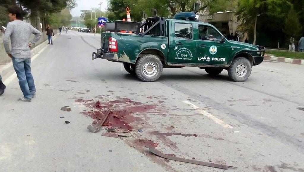 Kabul, 2017. május 3. Afgán rendõrautó egy öngyilkos merénylet helyszínén, a kabuli amerikai nagykövetség és a NATO vezette katonai misszió egyik létesítménye közelében 2017. május 3-án. A támadás a szövetséges erõk egyik gépkocsioszlopa ellen irányult, a merényletben legkevesebb négy ember életét vesztette, és húsznál többen megsebesültek. (MTI/EPA/Dzsaved Kargar)