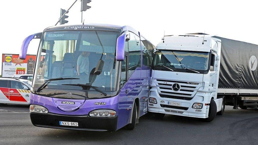 Budapest, 2017. május 26. Egy kamion és iskolás gyerekeket szállító autóbusz ütközött Budapest XVI. kerületében 2017. május 26-án. A balesetben három gyerek könnyebben megsérült. MTI Fotó: Mihádák Zoltán