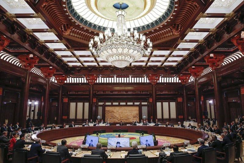 Peking, 2017. május 15.Az Egy övezet, egy út fórum vezetői kerekasztal-tanácskozásának résztvevői a Jencsi-tó Nemzetközi Kongresszusi Központban 2017. május 15-én. (MTI/AP pool/Csang Lin-tao)