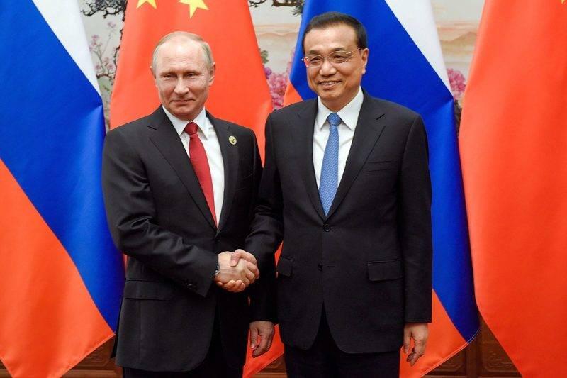 Peking, 2017. május 14.Li Ko-csiang kínai kormányfő (j) és Vlagyimir Putyin orosz elnök kezet fog az Egy övezet, egy út elnevezésű nemzetközi együttműködési fórum mentén tartott kétoldalú találkozójukon a Nagy Népi Csarnokban 2017. május 14-én. (MTI/EPA/Getty pool/Etienne Oliveau)