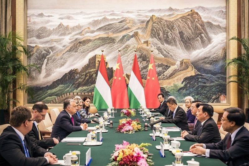 Peking, 2017. május 15.A Miniszterelnöki Sajtóiroda által közreadott képen Orbán Viktor miniszterelnök (b3) és Csang Tö-csiang, az Országos Népi Gyűlés, azaz a kínai parlament elnöke (j3) a pekingi Nagy Népi Csarnokban 2017. május 15-én. A magyar kormányfő mellett Varga Mihály nemzetgazdasági miniszter (j2).MTI Fotó: Miniszterelnöki Sajtóiroda / Szecsődi Balázs