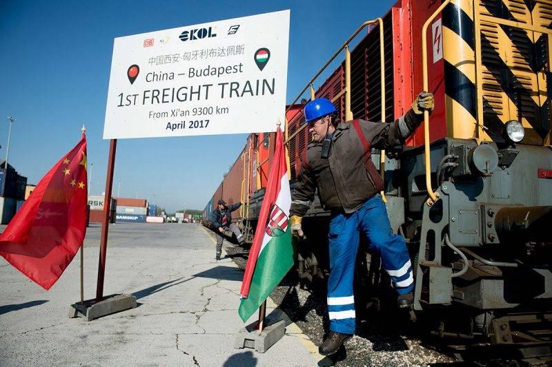 Budapest, 2017. április 21.A Kínából Budapestre érkezett első áruszállító vonat a Mahart Container Centerében 2017. április 21-én.MTI Fotó: Koszticsák Szilárd