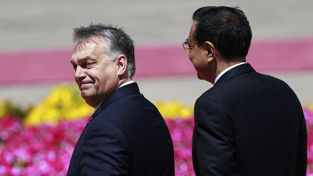 Peking, 2017. május 13.A hivatalos látogatáson Kínában tartózkodó Orbán Viktor miniszterelnök (b) és Li Ko-csiang kínai kormányfő a pekingi Nagy Népi Csarnoknál tartott fogadási ünnepségen 2017. május 13-án. (MTI/EPA/Hou Hvi Jung)