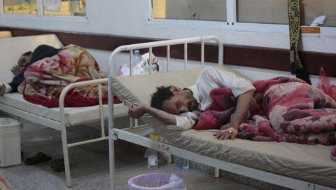 Szanaa, 2017. május 15. Koleragyanús betegek egy szanaai kórházban 2017. május 15-én. Az ENSZ jemeni humanitárius koordinátora szerint eddig 115 halálos áldozata van a jemeni kolerajárványnak. (MTI/AP/Hani Mohammed)