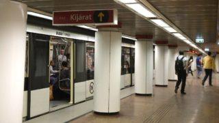 Budapest, 2017. május 14. Utasok a 2-es metró Kossuth Lajos téri állomásán 2017. május 14-én. A téren véget értek a metróállomás forgalmának korlátozásával járó bontási munkák, így ettõl a naptól a korábbi forgalmi rend lépett életbe. MTI Fotó: Bruzák Noémi