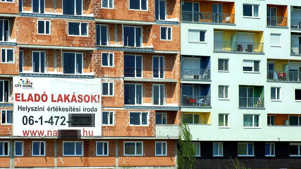 Budapest, 2013. április 21.Új építésű, eladó lakásokat hirdet egy hatalmas plakát a még burkolatlan lakótömb falán. Mellette (j) egy már lakott, új társasházi épület a főváros IX. kerületében.MTVA/Bizományosi: Jászai Csaba ***************************Kedves Felhasználó!Az Ön által most kiválasztott fénykép nem képezi az MTI fotókiadásának, valamint az MTVA fotóarchívumának szerves részét. A kép tartalmáért és a szövegért a fotó készítője vállalja a felelősséget.