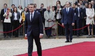 Párizs, 2017. május 14.  Emmanuel Macron megválasztott francia államfõ érkezik beiktatási ünnepségére a párizsi államfõi rezidencia, az Elysée-palota elõtti vörös szõnyegen 2017. május 14-én. (MTI/AP/Christophe Ena)