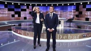 La Plaine-Saint-Denis, 2017. május 3.Marine Le Pen, a Nemzeti Front jelöltje és Emmanuel Macron volt szocialista gazdasági miniszter, független jelölt (j), mielőtt megkezdődik élő televíziós vitájuk a Párizstól északra fekvő La Plaine-Saint-Denisben négy nappal a francia elnökválasztás második fordulója előtt, 2017. május 3-án. (MTI/EPA/AFP pool/Eric Feferberg)