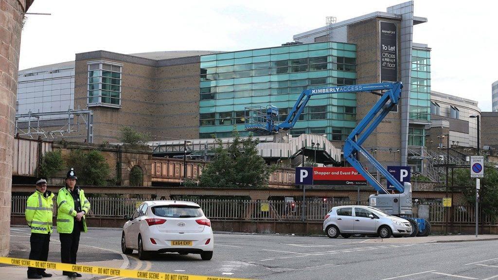 Manchester, 2017. május 23.Rendőrök lezárnak egy Manchester Arenához vezető utat Manchesterben 2017. május 23-án, miután az előző este, Ariana Grande amerikai énekesnő koncertjének végén öngyilkos merénylő pokolgépet robbantott a rendezvényközpont bejárati csarnokában. Huszonkét ember életét vesztette, mintegy ötven megsebesült. (MTI/EPA/Nigel Roddis)