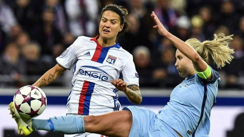 Manchester City's defender Steph Houghton (R) vies with Lyon's German midfielder Dzsenifer Marozsan during the UEFA Women's Champions League semi-final second leg football match Lyon vs Manchester City at the Parc Olympique Lyonnais stadium on April 29, 2017 in Decines-Charpieu, central-eastern France.  / AFP PHOTO / JEFF PACHOUD