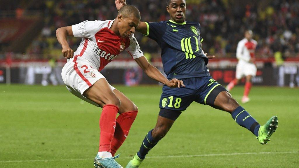Monaco's French forward Kylian Mbappe Lottin vies with Lille's French defender  Franck Beria during the French L1 football match between Monaco (ASM) and Lille (LOSC) at the Louis II Stadium in Monaco on May 14,2017. / AFP PHOTO / Yann COATSALIOU