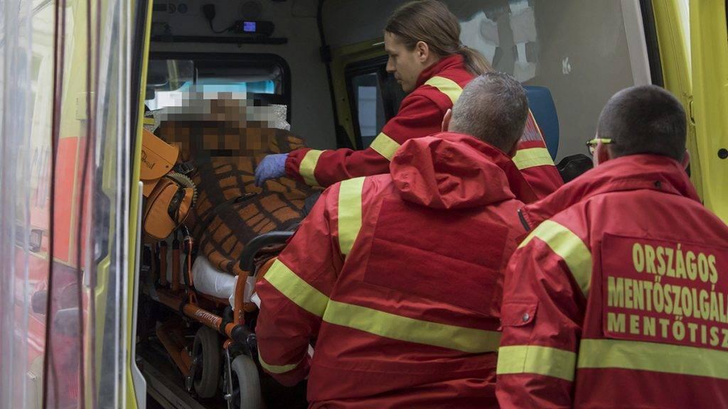 Budapest, 2017. január 23.A Zrínyi Katonai Filmstúdió által közreadott képen a veronai buszkatasztrófa negyedik súlyos sérültjét hozza mentő a budapesti Honvédkórházba 2017. január 23-án. Január 20-án éjjel az olaszországi Verona közelében balesetet szenvedett egy magyar fiatalokat szállító busz, tizenhatan meghaltak, huszonhatan megsérültek. A buszon a budapesti Szinyei Merse Pál Gimnázium tanulói, volt diákok, tanárok és egyikük családja utazott.MTI Fotó: Zrínyi Katonai Filmstúdió / Dévényi Veronika