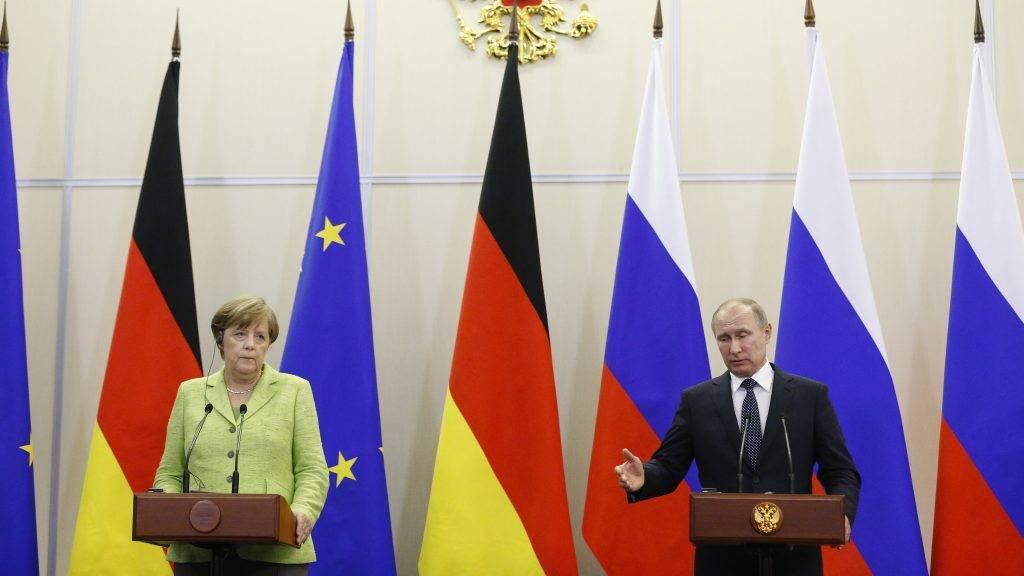 Szocsi, 2017. május 2. Vlagyimir Putyin orosz elnök (j) és Angela Merkel német kancellár sajtótájékoztatót tart a dél-oroszországi Szocsiban 2017. május 2-án. (MTI/AP pool/Alekszandr Zemljanyicsenko)