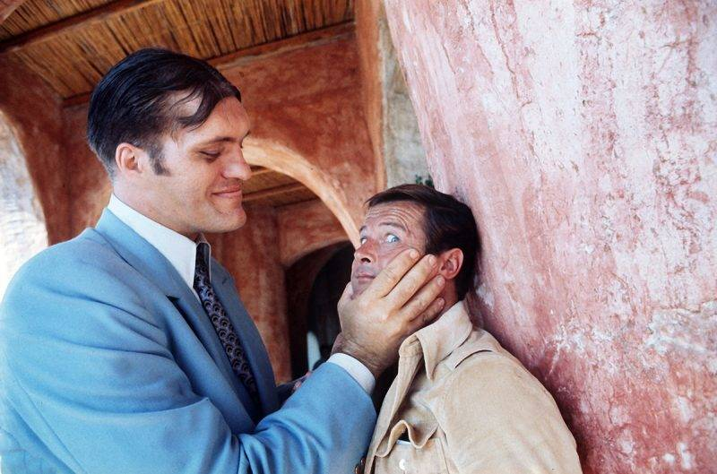 """Richard Kiel (l) as """"Jaws"""" and Roger Moore as """"James Bond"""" in a scene of the film """"The Spy Who Loved Me"""" on 08 October 1976."""