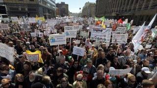 Moszkva, 2017. május 14. Transzparensekkel tüntetnek a moszkvai városvezetésnek az 1950-60-as években épült panelházak lebontására vonatkozó tervei ellen Moszkvában 2017. május 14-én. (MTI/EPA/Makszim Sipenkov)