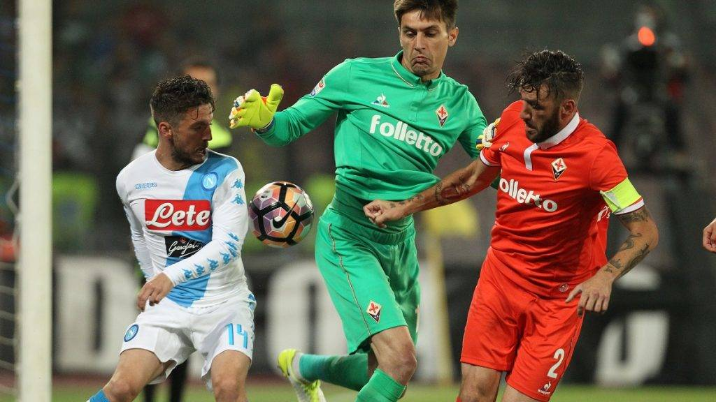Napoli's Belgian forward Dries Mertens fights for the ball with Fiorentina's goalkeeper from Romania Ciprian Tatarusanu (C) and Fiorentina's defender from Argentina Gonzalo Rodriguez during the Italian Serie A football match SSC Napoli vs Fiorentina ACF on May 20, 2017 at the San Paolo Stadium in Naples. / AFP PHOTO / CARLO HERMANN