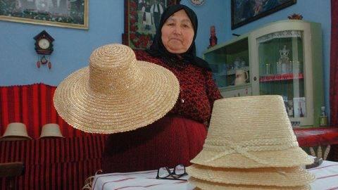 Szék (Sic), 2009. április 14.Zsoldos Botos Mártonné, Szováti Zsuzsanna maga készítette szalmakalapokat mutat széki otthonában. A 74 éves asszony gyermekkora óta készít szalmakalapokat. A széki férfi népviselet nélkülözhetetlen kelléke a szalmakalap, nők is használják a nagykarimás változatot, de csak mezei munkához. A romániai Szék település a Mezőség (Câmpia Transilvaniei) legjelentősebb néprajzi központja.MTI Fotó: Oláh Tibor