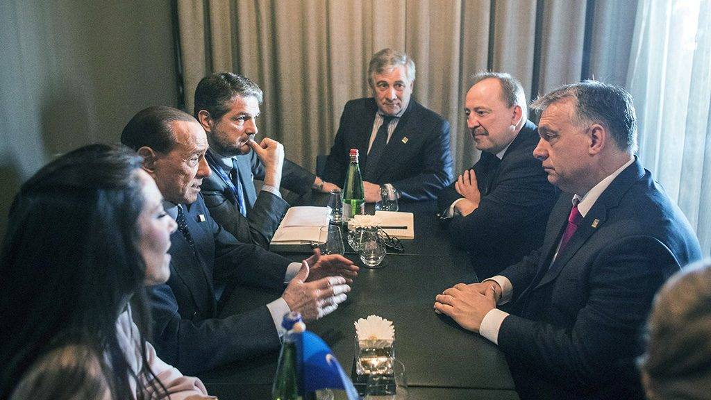 Valletta, 2017. március 30.A Miniszterelnöki Sajtóiroda által közreadott képen Orbán Viktor miniszterelnök (j), Németh Zsolt, az Országgyűlés külügyi bizottságának fideszes elnöke (j2), Silvio Berlusconi volt olasz miniszterelnök, az ellenzéki jobbközép Forza Italia (Hajrá Olaszország) párt vezetője (b2), Antonio Tajani, az Európai Parlament (EP) elnöke (k) megbeszélést folytat az Európai Néppárt máltai kongresszusának keretében Vallettában 2017. március 30-án.MTI Fotó: Miniszterelnöki Sajtóiroda / Szecsődi Balázs
