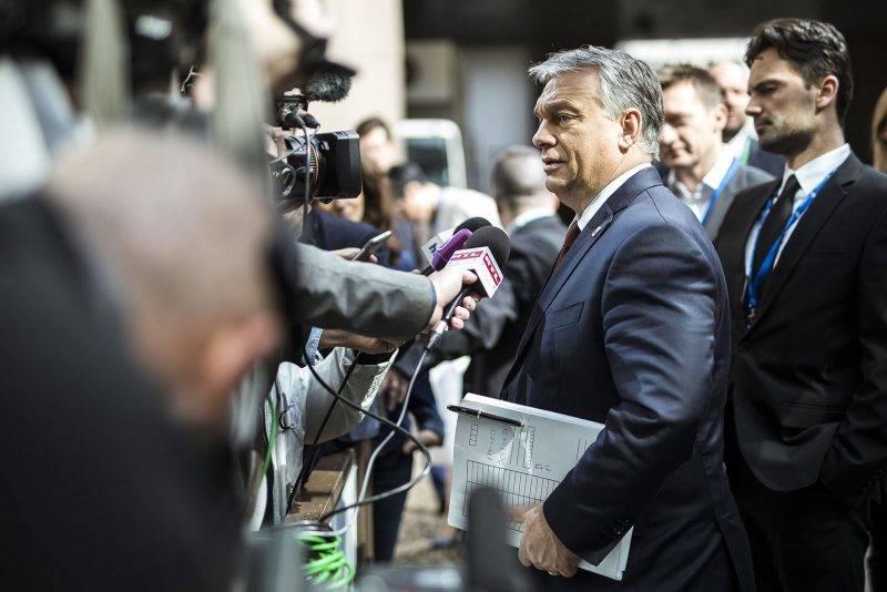 Brüsszel, 2017. április 29.A Miniszterelnöki Sajtóiroda által közreadott képen Orbán Viktor miniszterelnök (k) nyilatkozik az Európai Unió csúcstalálkozója után Brüsszelben 2017. április 29-én. Mögötte Rogán Antal, a Miniszterelnöki Kabinetirodát vezető miniszter (j2) és Havasi Bertalan, a Miniszterelnöki Sajtóiroda vezetője (j).MTI Fotó: Miniszterelnöki Sajtóiroda / Szecsődi Balázs