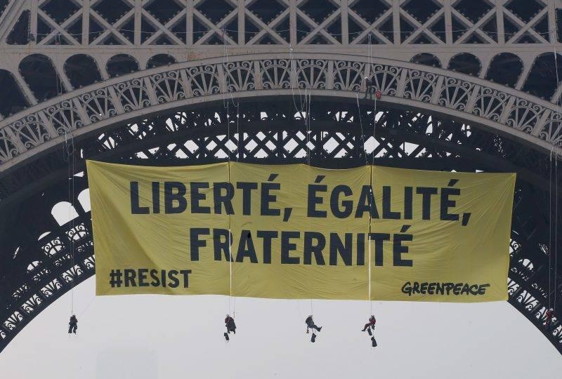 """Párizs, 2017. május 5. A Greenpeace nemzetközi környezetvédõ szervezet aktivistái """"Szabadság, egyenlsõség, testvériség!"""" feliratú transzparenssel tiltakoznak a párizsi Eiffel-toronynál Marine Le Pen, a Nemzeti Front államfõjelöltje ellen  két nappal a francia elnökválasztás második fordulója elõtt, 2017. május 5-én. (MTI/AP/Michel Euler)"""