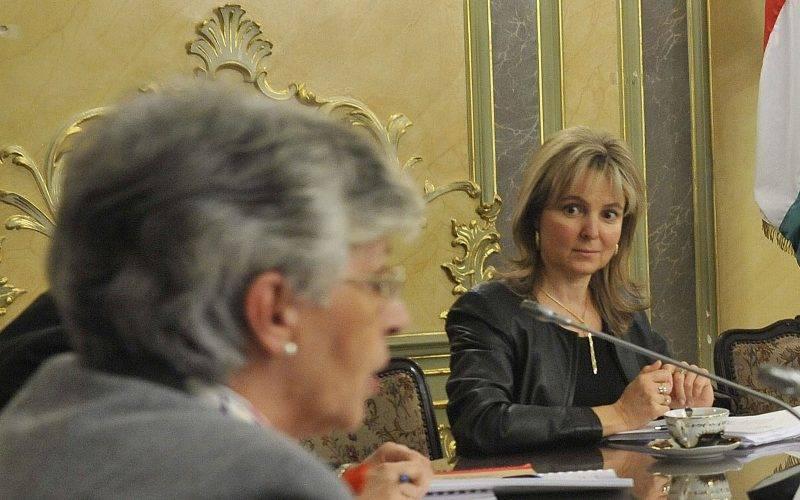Budapest, 2012. november 13.Galló Istvánné, a Pedagógusok Szakszervezetének (PSZ) elnöke (b) beszél a kormány és a pedagógusok sztrájkbizottságának megbeszélésen, az Emberi Erőforrások Minisztériumában, 2012. november 13-án. Polt-Palásthy Marianna helyettes államtitkár (j4), Lengyel Györgyi közigazgatási államtitkár (j3), a kormányt képviselő főtárgyaló, Balog Zoltán, az emberi erőforrások minisztere (j2) és Hoffmann Rózsa oktatásért felelős államtitkár (j) hallgatja őt.MTI Fotó: Bruzák Noémi