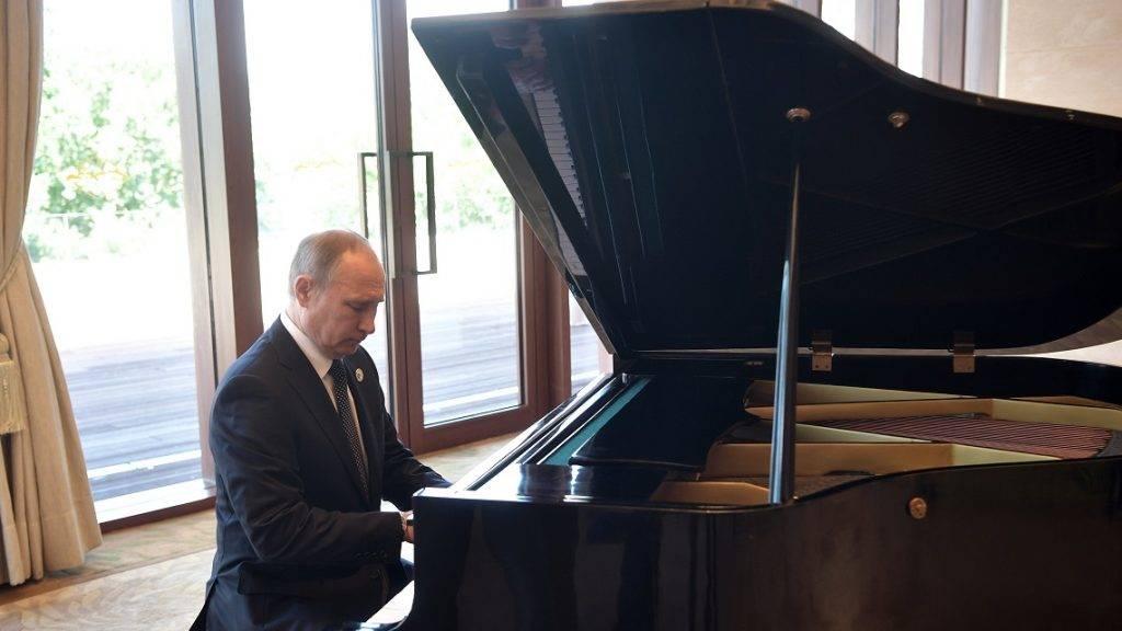 Peking, 2017. május 14. Vlagyimir Putyin orosz elnök zongorázik a Hszi Csin-ping kínai elnökkel folytatott megbeszélésén az Egy övezet, egy út elnevezésû nemzetközi együttmûködési fórum helyszínén, a pekingi Kína Nemzeti Kongresszusi Központban 2017. május 14-én. (MTI/EPA/Szputnyik/Kreml/pool/Alekszej Nyikolszkij)