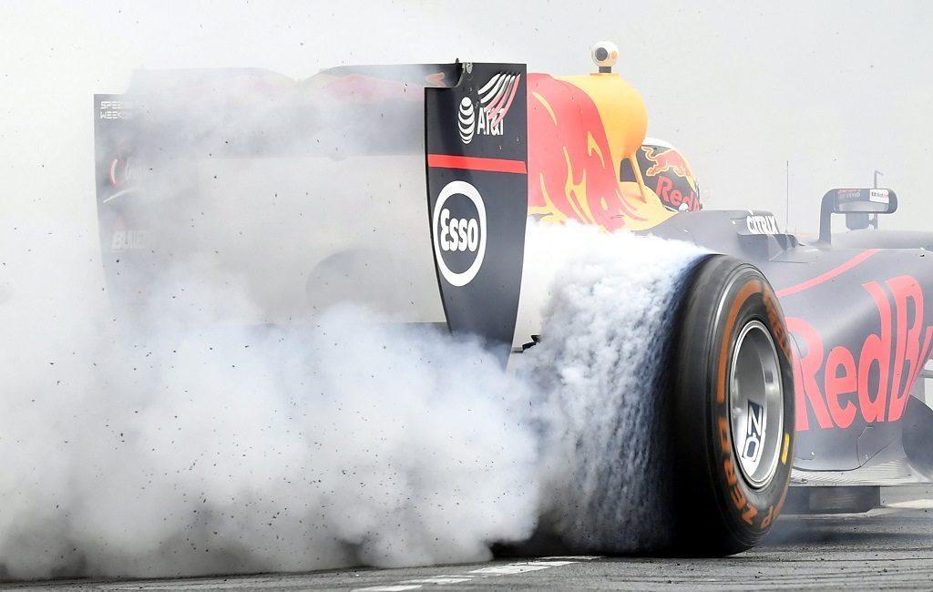 Budapest, 2017. május 1. Daniel Ricciardo, a Red Bull Forma-1-es ausztrál pilótája egy 2011-es vb-gyõztes autóval az V. Nagy Futam elnevezésû autó- és motorsport-bemutatón Budapest belvárosában, a Deák Ferenc téren 2017. május 1-jén. MTI Fotó: Illyés Tibor