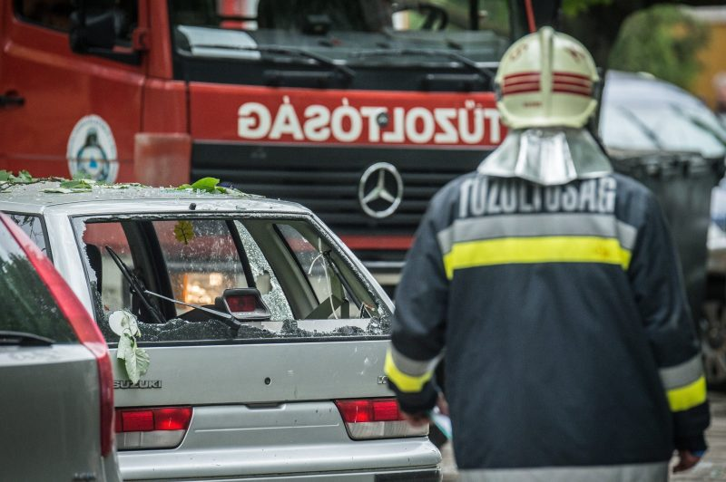 Kecskemét, 2017. május 1. Tûzoltók dolgoznak egy kecskeméti társasháznál, egy megrongálódott autó mellett a Pákozdi csata utcában, ahol robbanás történt, majd tûz ütött ki az egyik lakásban 2017. május 1-jén. A második emeleti lakás lakója égési sérüléseket szenvedett, mentõhelikopter vitte kórházba. Az ötemeletes társasház mintegy harminc lakóját kikísérték, közülük hármat füstmérgezés gyanújával a mentõk látták el. MTI Fotó: Ujvári Sándor