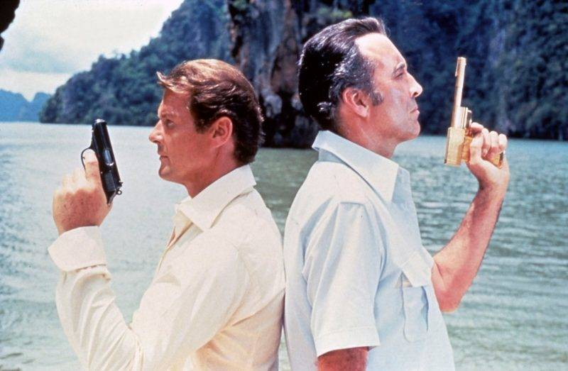 L homme au pistolet d'or The man with the golden gun 1974 Real  Guy Hamilton Roger Moore Christopher Lee. Collection Christophel © Eon Productions