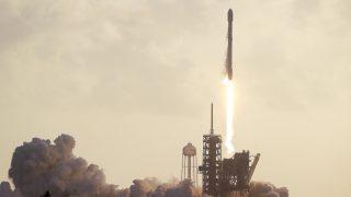 Cape Canaveral, 2017. május 1. Fellövik a SpaceX amerikai ûrkutatási magánvállalat Falcon 9-es hordozórakétáját a floridai Cape Canaveralben mûködõ Kennedy Ûrközpontban 2017. május 1-jén. A hordozórakéta a Nemzeti Felderítési Hivatalnak, az Amerikai Egyesült Államok ûrfelderítési hírszerzõ szervezetének egyik mûholdját viszi magával. (MTI/AP/John Raoux)