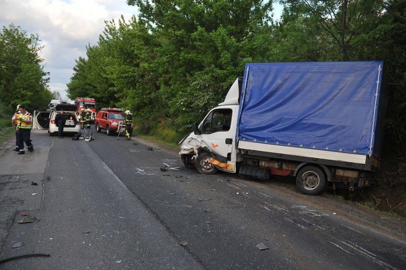 Sülysáp, 2017. május 11. Helyszínelõk dolgoznak 2017. május 11-én a 31-es úton, Sülysáp és Mende között, ahol egy személyautó teherautóval ütközött. A személyautó vezetõje súlyos, életveszélyes sérüléseket szenvedett. MTI Fotó: Mihádák Zoltán