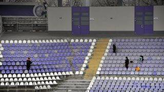 Budapest, 2017. február 16. A felújított, újpesti Szusza Ferenc Stadion lelátóján dolgoznak 2017. február 16-án. Mintegy 800 millió forintos beruházásból a létesítmény szurkolókat kiszolgáló egységeit és egyes lelátórészeit újították fel. MTI Fotó: Illyés Tibor