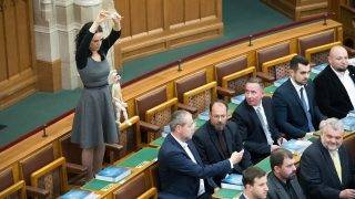 Budapest, 2017. május 8. Az államfõt mintázó marionettbábot tart kezében Szabó Tímea független képviselõ, a Párbeszéd Magyarországért (PM) társelnöke Áder János újraválasztott köztársasági elnök eskütétele közben az Országgyûlés plenáris ülésén 2017. május 8-án. A Fidesz-KDNP államfõjelöltjét az Országgyûlés 131 szavazattal választotta újra március 13-án. MTI Fotó: Koszticsák Szilárd