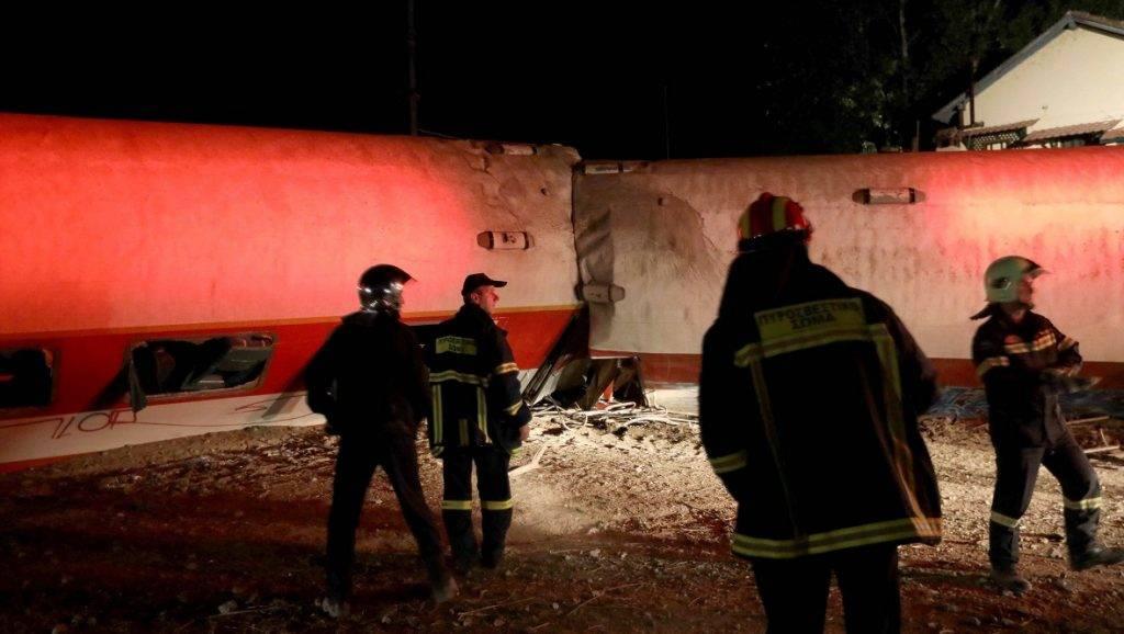 Szaloniki, 2017. május 14. Athénból Szalonikibe tartó, elõzõ este kisiklott Intercity-vonat Görögország északi részén, Ádendron falu mellett 2017. május 14-én. A balesetben négyen életüket vesztették és öt embert súlyos sérülésekkel szállítottak kórházba, köztük a mozdony vezetõjét. (MTI/EPA/Vaszilisz Ververidisz)