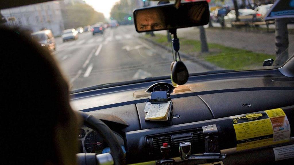 Image: 73142514, A megmozdulást a Taxigépkocsivezetők Független Szakszervezete (TGFSZ) szervezte a szerintük tarthatatlan tarifahelyzet miatt., Place: Budapest, Hungary, License: Rights managed, Model Release: No or not aplicable, Property Release: Yes, Credit: smagpictures.com
