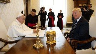 Vatikánváros, 2017. május 24. Ferenc pápa (bj) magánkihallgatáson fogadja Donald Trump amerikai elnököt a Vatikánban 2017. május 24-én. (MTI/AP/Evan Vucci)