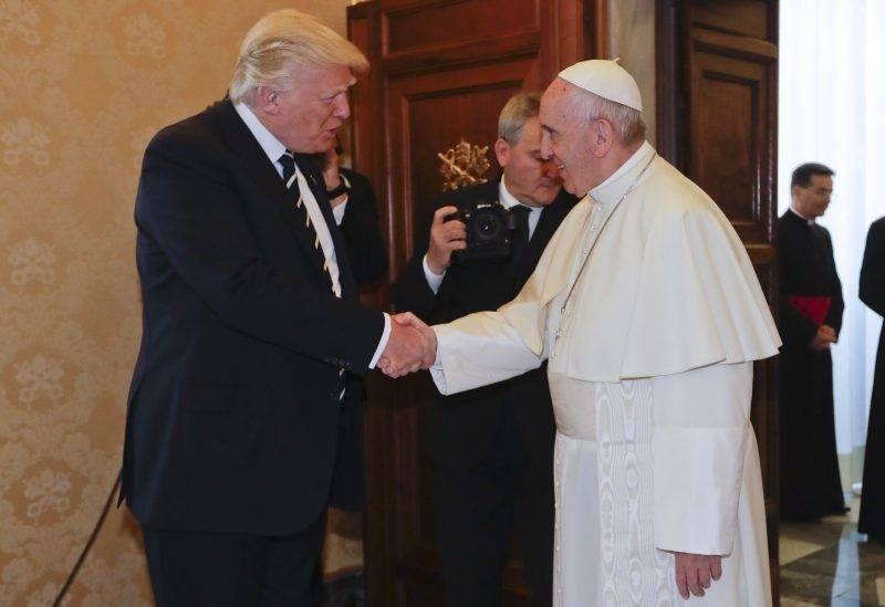 Vatikánváros, 2017. május 24. Ferenc pápa (j) magánkihallgatáson fogadja Donald Trump amerikai elnököt a Vatikánban 2017. május 24-én. (MTI/AP/Alessandra Tarantino)