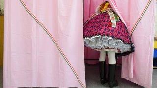 Rimóc, 2014. május 25.A palóc népviseletbe öltözött Koczka Anett szavaz a rimóci Szent István Általános Iskolában kialakított 1-es számú szavazókörben az európai parlamenti választáson 2014. május 25-én.MTI Fotó: Komka Péter