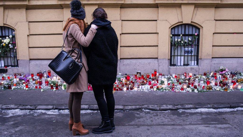 Budapest, 2017. január 23.A veronai buszbaleset egyik túlélőjét (j) öleli egy lány a Szinyei Merse Pál Gimnáziumnál 2017. január 23-án. Január 20-án éjjel az olaszországi Verona közelében balesetet szenvedett egy magyar fiatalokat szállító busz, tizenhatan meghaltak, huszonhatan megsérültek. A buszon a budapesti Szinyei Merse Pál Gimnázium tanulói, volt diákok, tanárok és egyikük családja utazott.MTI Fotó: Kallos Bea