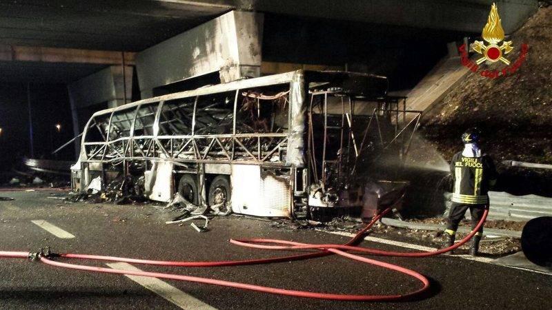 Verona, 2017. január 21.Olasz tűzoltók által készített felvétel a magyar diákokat szállító, kiégett autóbuszról az olaszországi A4-es autópályán egy veronai csomópontnál 2017. január 21-én. A Franciaországból hazafelé tartó busz balesetében tizenhat középiskolás diák életét vesztette, a sérültek száma 39. (MTI/EPA/Vigili Del Fuoco)
