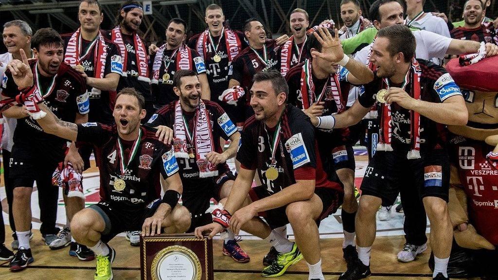 Szeged, 2017. május 24. A címvédõ bajnok Telekom Veszprém játékosai örülnek a MOL-Pick Szeged - Telekom Veszprém férfi kézilabda bajnoki döntõ visszavágó mérkõzés után Szegeden 2017. május 24-én. A Telekom Veszprém ugyan 30-27-re kikapott a MOL-Pick Szeged otthonában az NB I döntõjének visszavágóján, de 50-47-es összesítéssel megnyerte a párharcot és megvédte címét. MTI Fotó: Ujvári Sándor
