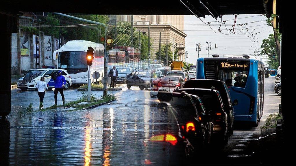 Budapest, 2017. május 23.Tűzoltó a csatornanyílást tisztítja meg az esővízzel elöntött Vágány utcai vasúti felüljárónál, a VI. kerületi Podmaniczky és a Dózsa György út kereszteződésénél 2017. május 23-án. A fővárosra is lecsapó vihar, a lezúduló nagy mennyiségű csapadék a város számos pontján okozott gondot, a II. és a III. kerületben is több utcát és utat elöntött a víz.MTI Fotó: Balogh Zoltán