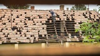 Rozsály, 2016. június 21.Egy férfi jégverte házáról ledobálja az összetört cserepeket Rozsályon 2016. június 21-én. Tizenhárom szatmári településről érkeztek kárbejelentések a vihar és jégeső miatt, a térségben több mint hétszáz ház rongálódott meg. A viharban senki sem sérült meg.MTI Fotó: Balázs Attila