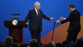 Peking, 2017, május 14. Milos Zeman cseh államfõ távozik a pulpitustól, miután beszédet mondott az Egy övezet, egy út elnevezésû nemzetközi együttmûködési fórumon a pekingi Kína Nemzeti Kongresszusi Központban 2017. május 14-én. (MTI/EPA/Fukuhara Kenzaburo/Pool)