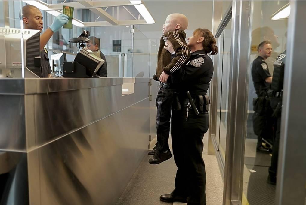 New York, 2017. június 27.A hétéves Baraka Cosmast azonosítják bevándorlási hivatalnokok a New York-i JFK Nemzetközi Repülőtéren, miután a tanzániai fiú három társával az Egyesült államokba érkezett 2017. március 25-én. (MTI/AP/Julie Jacobson)