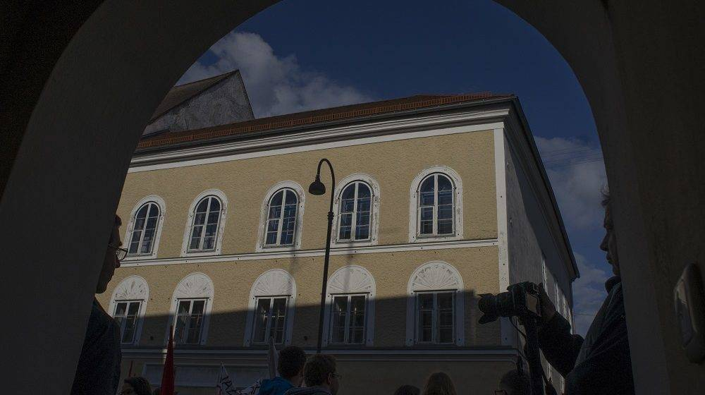 TO GO WITH STORY BY NINA LAMPARSKI Protesters gather outside the house where Adolf Hitler was born during the anti-Nazi protest in Braunau Am Inn, Austria on April 18, 2015. The weatherworn, three-storey structure in the central square of Braunau has stood empty since 2011 and cannot be knocked down because it is a listed building, although not because of Hitler. AFP PHOTO/JOE KLAMAR / AFP PHOTO / JOE KLAMAR
