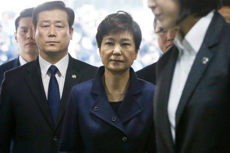 South Korea's ousted president Park Geun-Hye (C) arrives for questioning on her arrest warrant at the Seoul Central District Court in Seoul on March 30, 2017. Park arrived at court on March 30 for a hearing to decide whether she should be arrested over the corruption and abuse of power scandal that brought her down. / AFP PHOTO / POOL / Ahn Young-joon